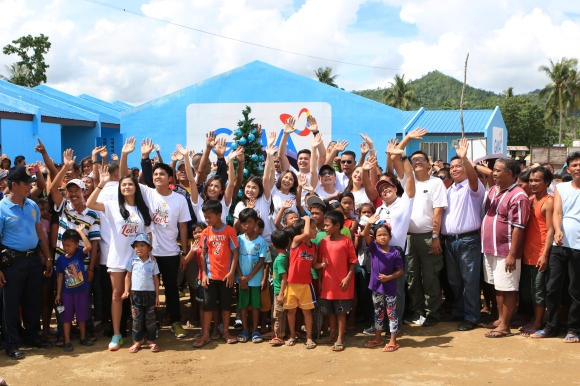 Kapuso stars Bianca Umali, Miguel Tanfelix, Kris Bernal, Barbie Forteza, Marian Rivera, Dingdong Dantes and Julie Anne San Jose joined GMAKF EVP and COO Mel C. Tiangco in giving the residents an early Christmas gift.