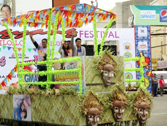 Once Upon A Kiss stars Betong Sumaya Bianca Umali Miguel Tanfelix and Pekto Nacua (partly hidden) participate in the Dinagyang Festival