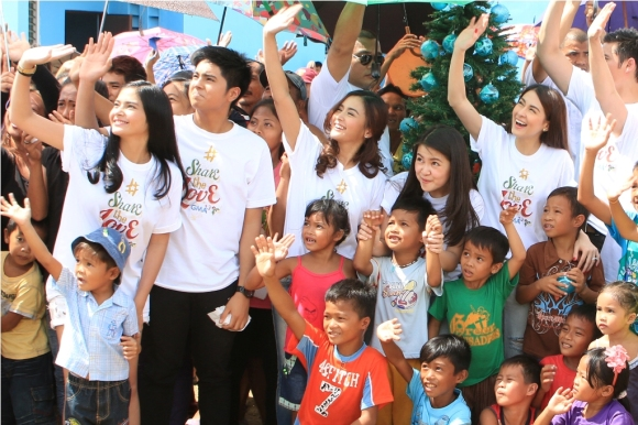 Kapuso stars joined GMAKF EVP and COO Mel C. Tiangco in giving the residents an early Christmas gift last December.