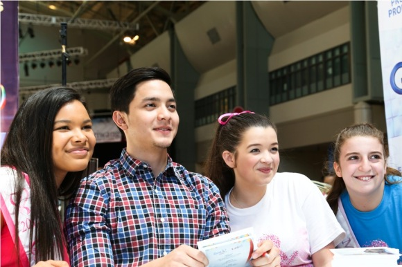 Alden with his kababayans at the Pagdiriwang 2015 in Seattle 1