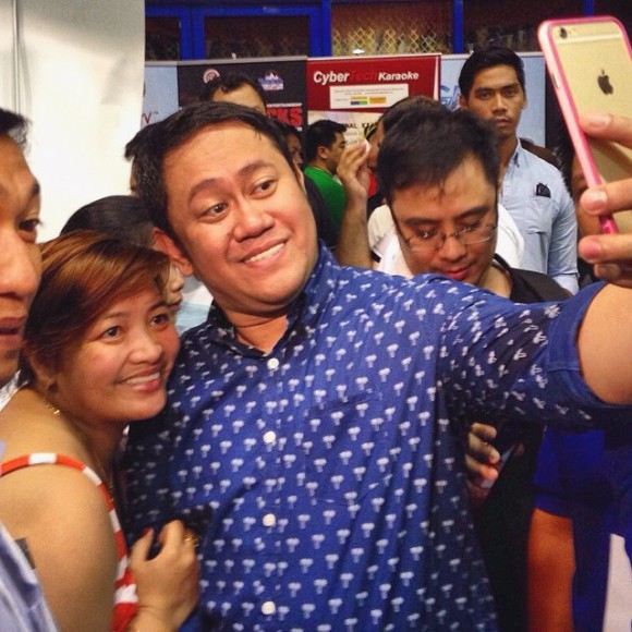Betong Sumaya Jr. takes selfie with PIDC Dubai crowd