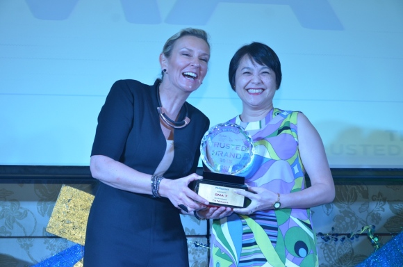 GMA Network Assistant Vice President for Corporate Affairs Teresa L. Pacis received the Gold award for GMA Network from Sheron White, Reader's Digest Group Advertising Director for Asia Pacific