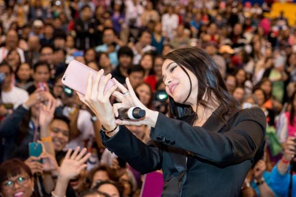 Heart takes a selfie with her kababayans at the Pinoy Fiesta and Trade Show sa Toronto
